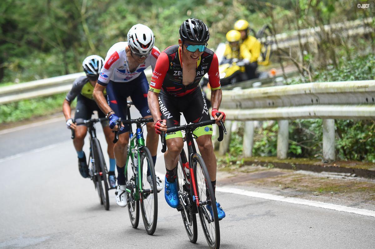 最終周回、3名の先頭集団からペースアップを試みる小石祐馬(チーム右京)