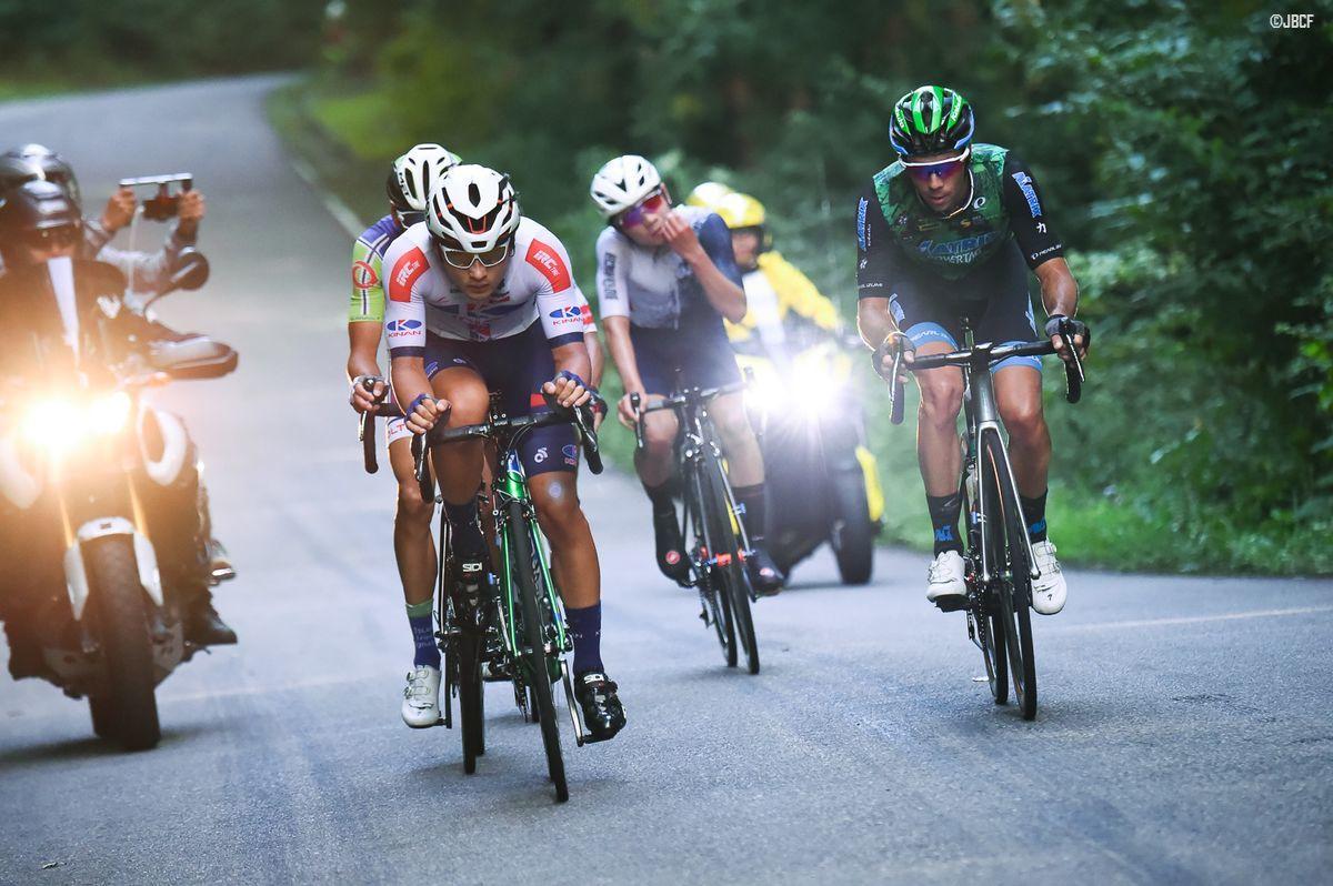 山本大喜(KINAN Cycling Team)、アイラン・フェルナンデス(マトリックスパワータグ)ら5名の逃げ集団がレース半ばに容認された
