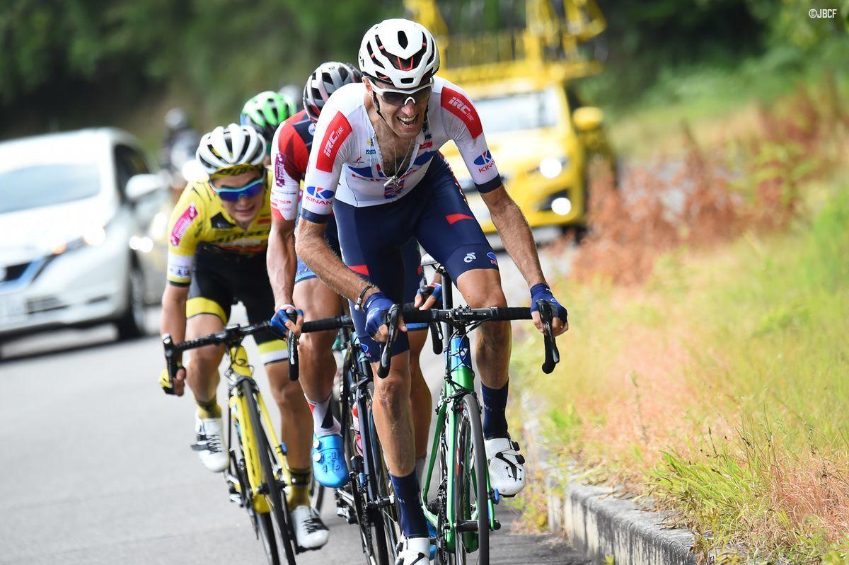 最終周回の登りでアタックするトマ・ルバ(KINAN Cycling Team)