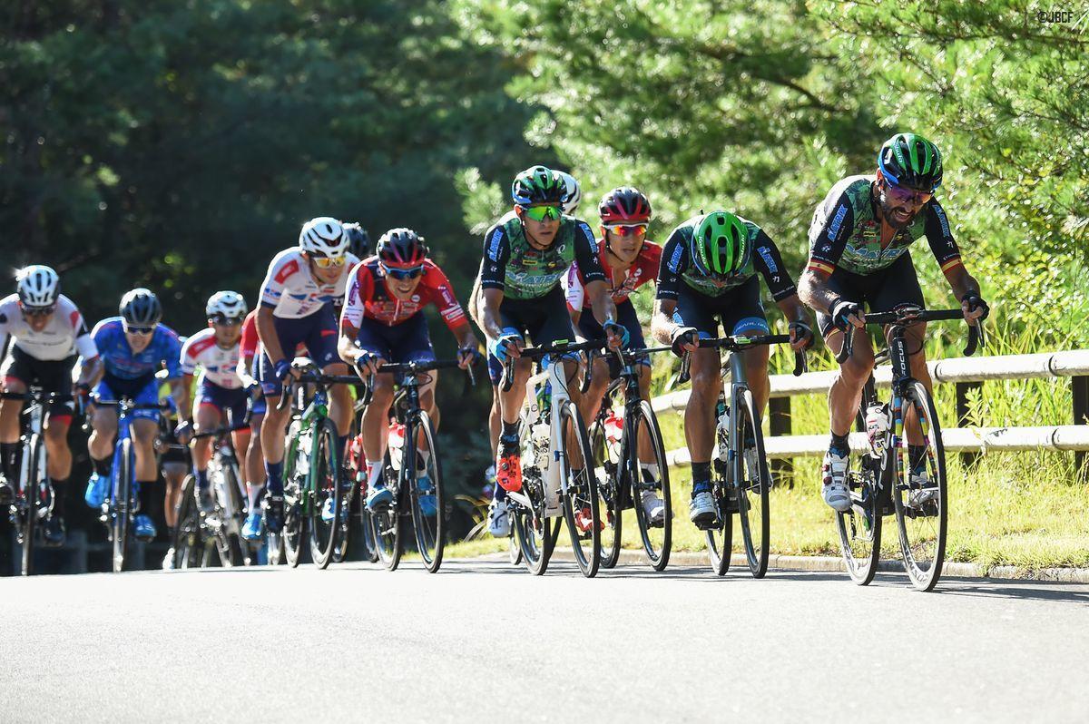 レース終盤、フランシスコ・マンセボ(マトリックスパワータグ)のペースアップで一気に集団が絞られる