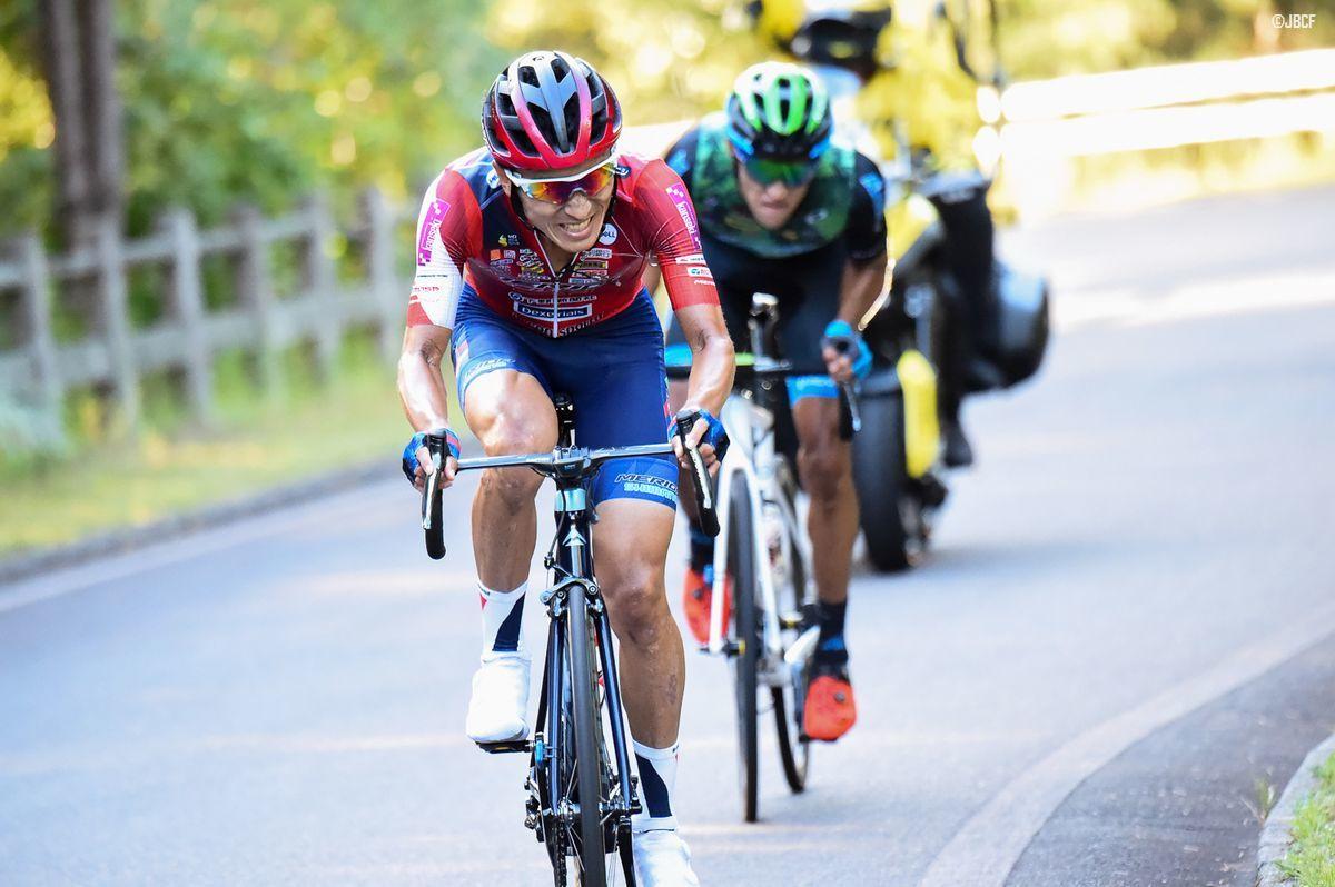 最終周回残り3km付近で、増田成幸(宇都宮ブリッツェン)がレオネル・キンテロ(マトリックスパワータグ)を振り切りにかかる