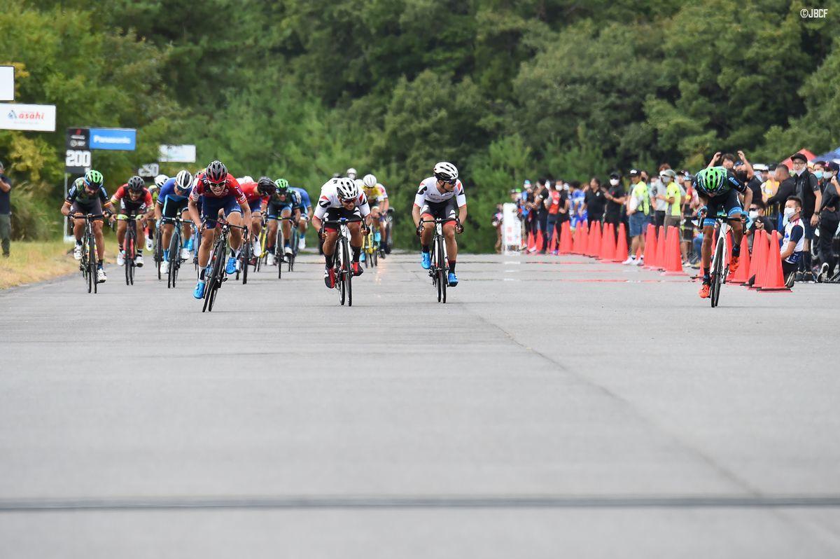 西村大輝(宇都宮ブリッツェン)、今村駿介(TEAM BRIDGESTONE Cycling)、レオネル・キンテロ(マトリックスパワータグ)のスプリント 勝負
