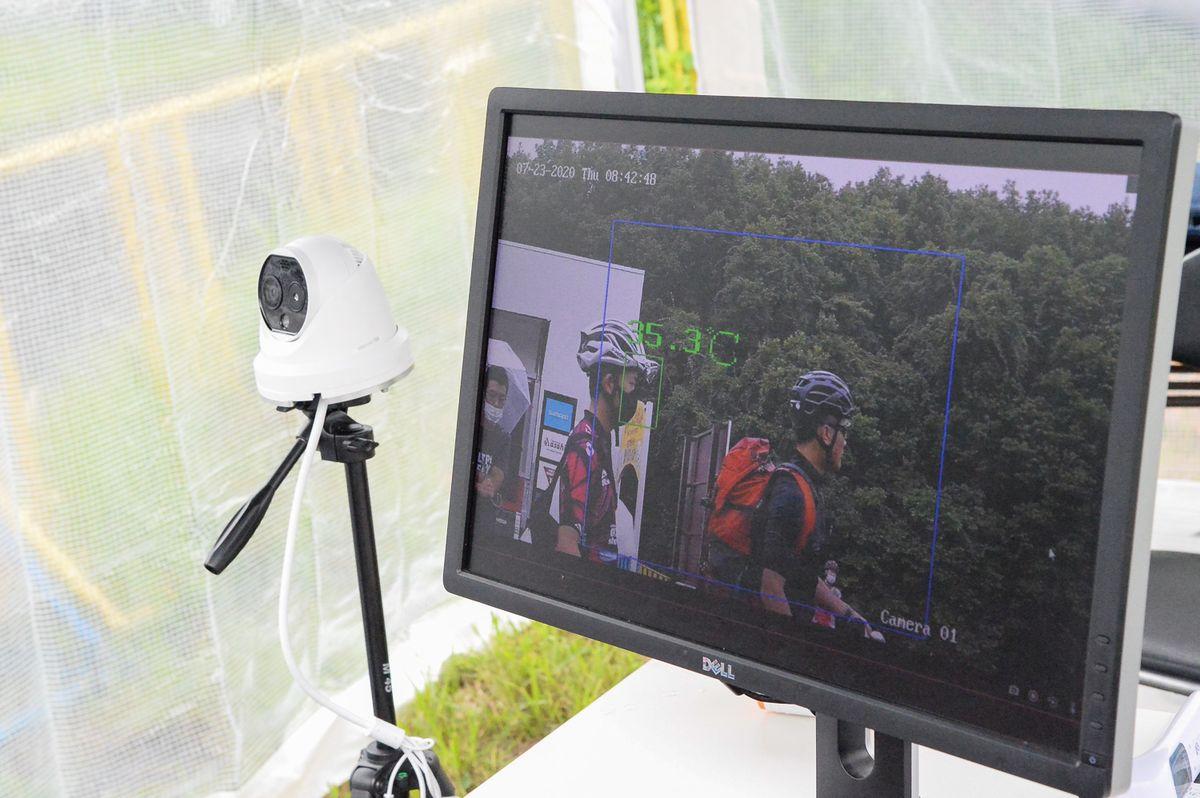 Y 会場入口には、体温計測用カメラが設置された